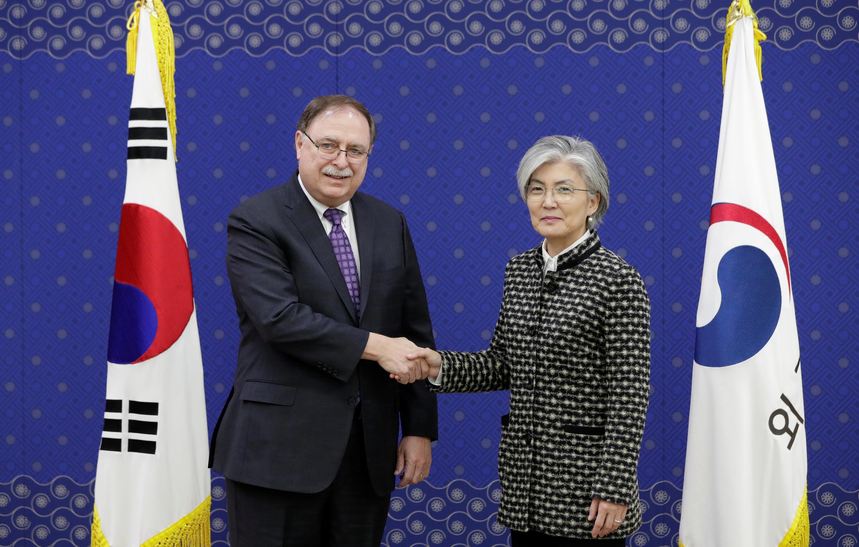 Ngoại trướng Hàn Quốc, bà Kang Kyung Wha và ông Timothy Betts, cố vấn cấp cao của Bộ Ngoại giao Mỹ tại Seoul (Hàn Quốc) ngày 10/02/2019.