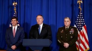Ngoại trưởng Mỹ Mike Pompeo phát biểu tại Florida ngày 29/12/2019 về vụ không kích ở Irak và Syria, bên cạnh ông là tướng Mark Milley và bộ trưởng Quốc Phòng Mark Esper.