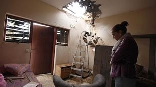 Tami Shadadi, una habitante de la población de Sderot, en el sur de Israel, constata los daños en su vivienda el 12 de noviembre de 2012, tras el lanzamiento de una roqueta este lunes desde Gaza.