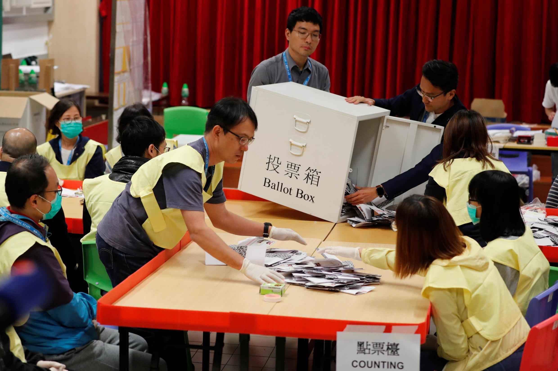 资料图片:2019年11月24日区议会选举中,泛民主派阵营大胜,扭转区议会长年由建制派主导的局面。