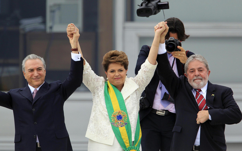 La présidente Dilma Rousseff, entourée de son prédécesseur Lula (à droite), et de son vice-président Michel Temer, lors de son entrée en fonction le 1er janvier 2011 à Brasilia.