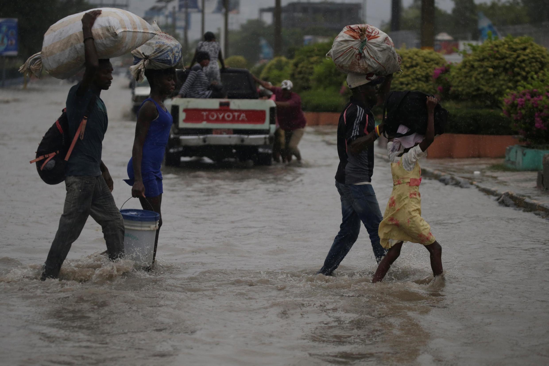 Des habitants de Port-au-Prince pendant le passage de la tempête Laura, le 23 août 2020.