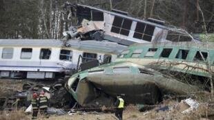 Trens colidem em área rural perto da cidade polonesa de Szczekociny.