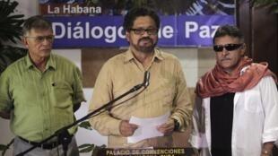 Los negociadores de las FARC Iván Márquez (centro), Ricardo Téllez (izquierda) y Jesús Santrich (derecha).