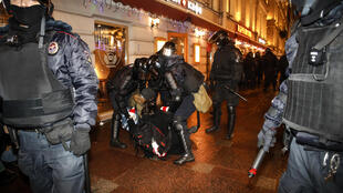 Les médias dénoncent l'arrestation de journalistes lors des manifestations de soutien à Navalny. Ici, l'intervention des forces de l'ordre à Saint-Pétersbourg, le mardi 2 février 2021.