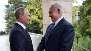 Vladimir Putin e Benyamin Netanyahu se encontram Sochi, na Rússia, em 23 de agosto 2017.