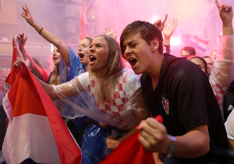 Los hinchas croatas vieron el partido bajo la lluvia en la zona de aficionados.
