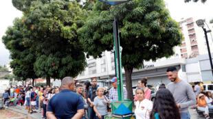 Venezuelanos numa fila para recarregar telemóveis numa estação de energia solar.