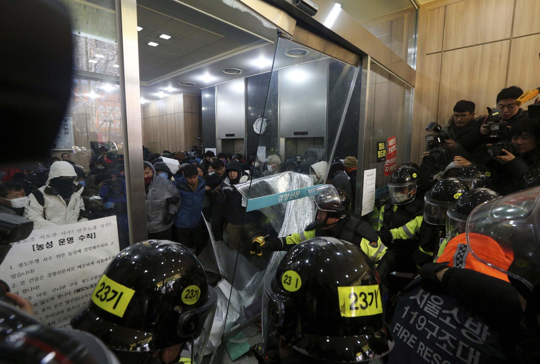 Le 22 décembre, la police sud-coréenne donne l'assaut contre des manifestants.