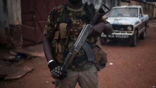 Mtu mwenye silaha akitoa ulinzi katika eneo la PK5, Bangui, RCA, mnamo Novemba 15, 2017.
