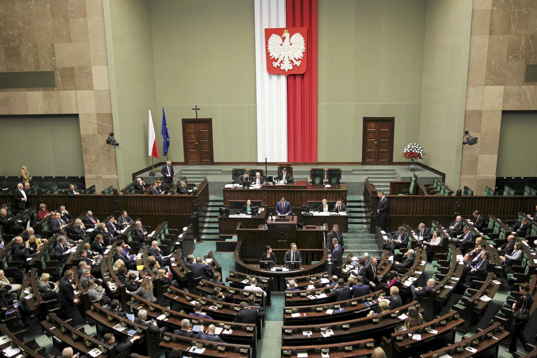 Débat des parlementaires en Pologne sur le projet de loi modifiant le processus de nomination des juges du Tribunal constitutionnel, le 22 décembre 2015.