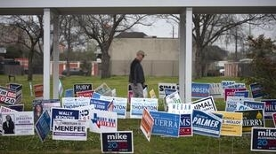 Un électeur se rend au bureau de scrutin pour voter lors de la primaire présidentielle à Houston, au Texas, le mardi 3 mars 2020.