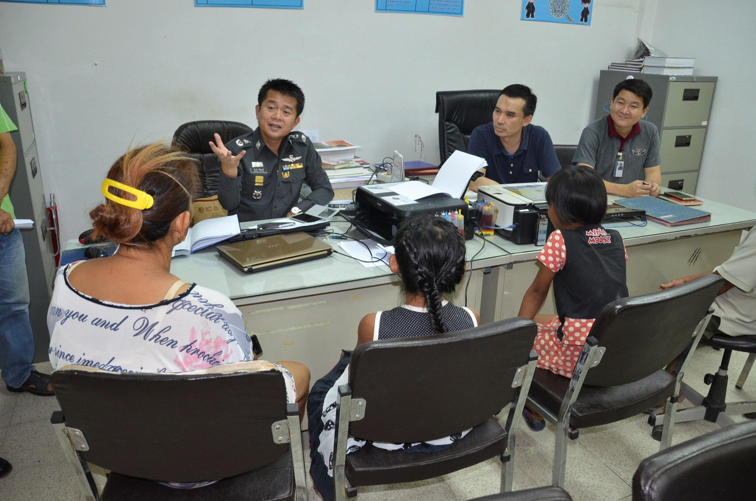 Cảnh sát  tỉnh Kamphaeng Phet,Thái Lan thẩm vấn 2 em gái 8 tuổi vì xé danh sách cử tri, ngày 18/07/2016.