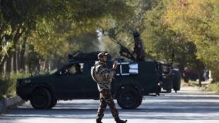 نیروهای انتظامی افغانستان در پی حمله به دانشگاه کابل خیابانهای منتهی به آن را مسدود کردند ـ ٢ نوامبر ٢٠٢٠