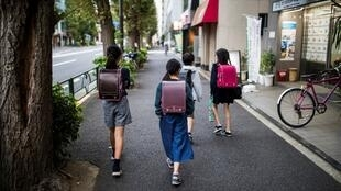 Школьники на улицах Токио