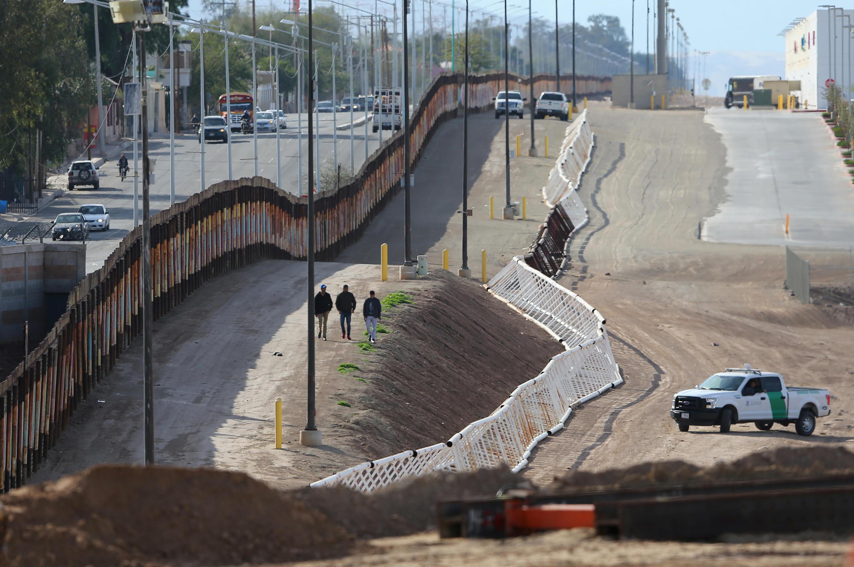 Một đoạn tường ngăn biên giới Mỹ và Mêhicô, đoạn thuộc California. Ảnh chụp ngày 08/02/2017.