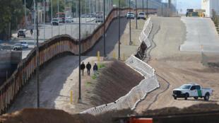 Ảnh minh họa : Một đoạn tường ngăn biên giới Mỹ và Mêhicô, đoạn thuộc California. Ảnh chụp ngày 08/02/2017.