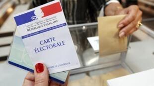 Cử tri ở Marseille, miền nam nước Pháp bỏ phiếu trong vòng một bầu cử Quốc hội ngày Chủ nhật 10/06/2012.