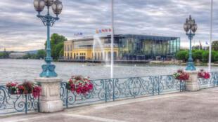 O casino de Enghien-les-Bains está localizado nas margens do lago Enghien, perto dos banhos termais. É o único cassino da região Ile-de-France.