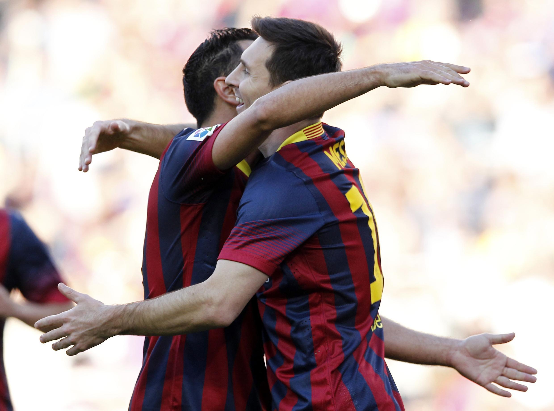 Lionel Messi na Xavi Hernández wakipongezana baada ya ushindi wa timu yao hivi karibuni