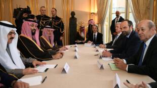 Le Premier ministre français Edouard Philippe, flanqué notamment du ministre des Affaires étrangères Jean-Yves Le Drian, lors d'une rencontre à Matignon avec la délégation du prince héritier saoudien Mohammed ben Salman, le 9 avril 2018.