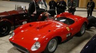 Visitantes conferem Ferrari que alcançou preço recorde em leilão parisiense.