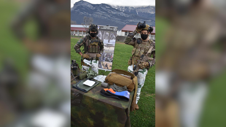 Le sergent William (à droite) du groupement de commandos de montagne du 7e bataillon de chasseurs alpins devant son sac SC2.