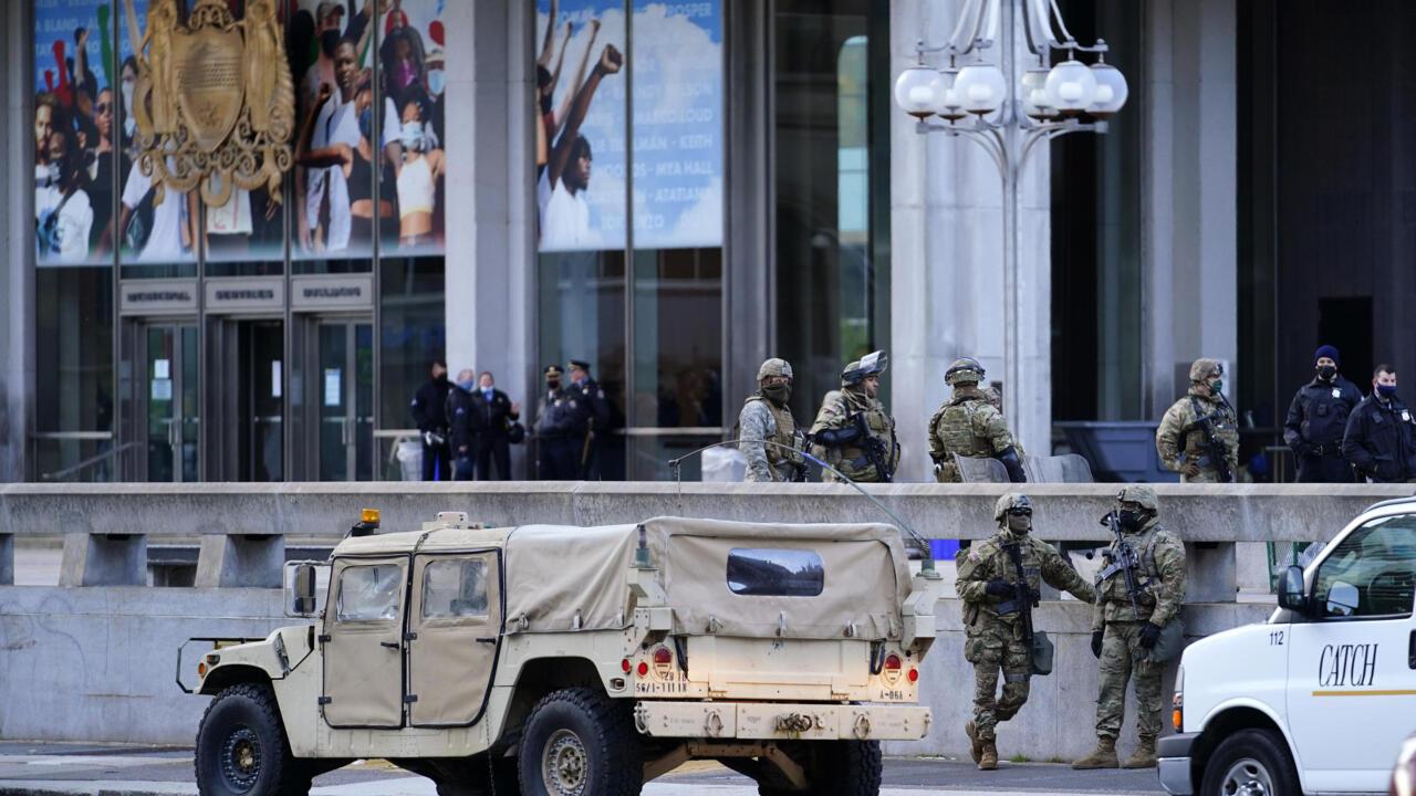 Lực lượng Vệ Binh Quốc Gia bang Pennsylvania và cảnh sát Philadelphia đứng canh gác bên ngoài một cơ quan của thành phố Philadelphia (Hoa Kỳ) ngày 02/11/2020.