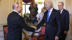 Los presidentes ruso, Vladimir Putin (izq.), y estadounidense, Joe Biden (der.), se saludan en Ginebra, el 16 de junio de 2021