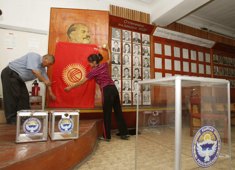 Подготовка к выборам на избирательном участке в Оше.