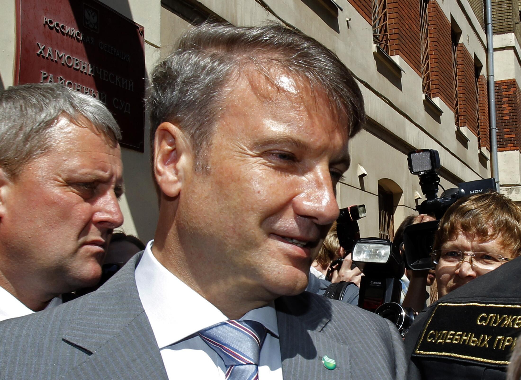 Герман Греф возле здания Хамовнического суда Москвы 21 июня 2010