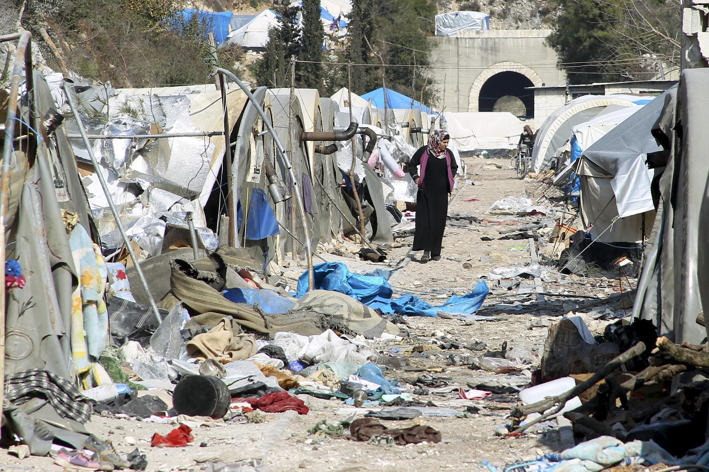 Разрушенный в результате авиаударов лагерь для переселенных сирийцев на турецко-сирийской границе, 31 января 2016.