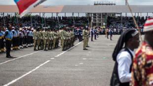 Un Nigérian brandit un drapeau aux couleurs du parti au pouvoir, le All Progressive Congress, le 29 mai 2017 à l'occasion du Democracy Day, à Owerri, dans le sud-est du Nigeria.