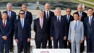 Le G7 Finances a trouvé un consensus ouvrant la voie à un accord international sur la taxation du numérique, le 18 juillet. (Photo de groupe des participants le 17 juillet)
