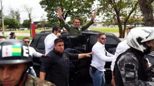 Cercado por um forte dispositivo de segurança, Bolsonaro acenou para os jornalistas e eleitores antes de voltar para sua residência.
