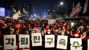 Đông đảo dân chúng tiếp tục biểu tình dịp Noel để yêu cầu tổng thống Park Geun-hye từ chức.