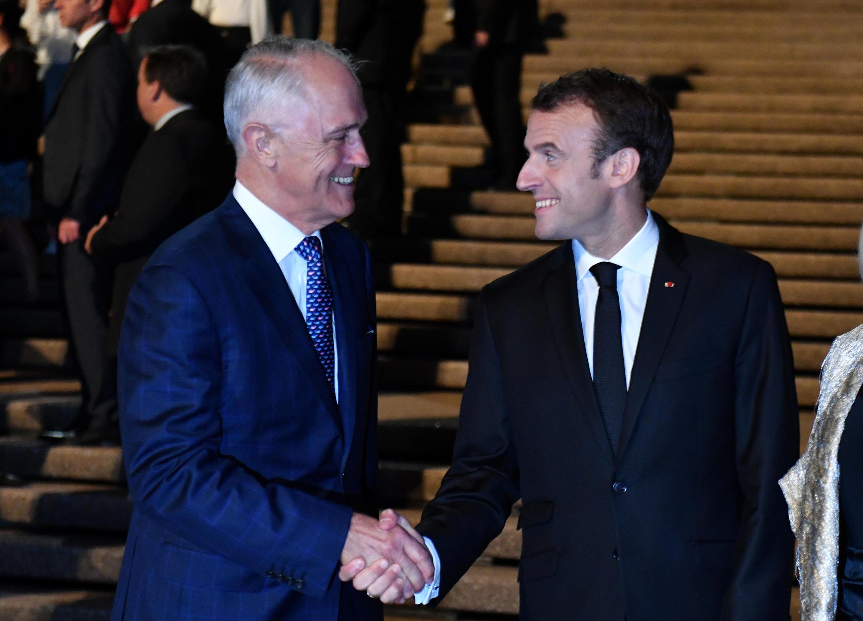 Tổng thống Pháp, E.Macron (P) và thủ tướng Úc M.Turnbull trước Nhà Hát Sydney. Ảnh 01/05/2018.