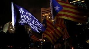 Người biểu tình Hồng Kông phất cờ Catalunya tại Chater Garden ngày 24/10/2019.
