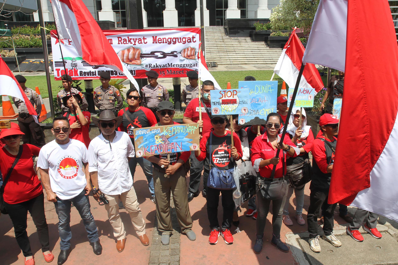 Des manifestants protestent contre une loi jugée liberticide devant le Parlement à Jakarta, le 15 mars 2018.
