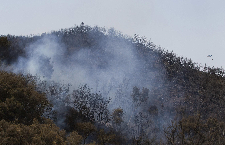 Bombeiros lutam para dominar fogo que consome floresta nas Ilhas Canárias.