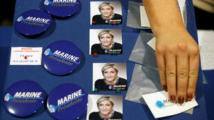 Venda de broches e produtos da campanha da candidata Marine Le Pen antes de seu comício em Saint-Herblain, perto de Nantes, leste da França, em 26 de fevereiro de 2017.