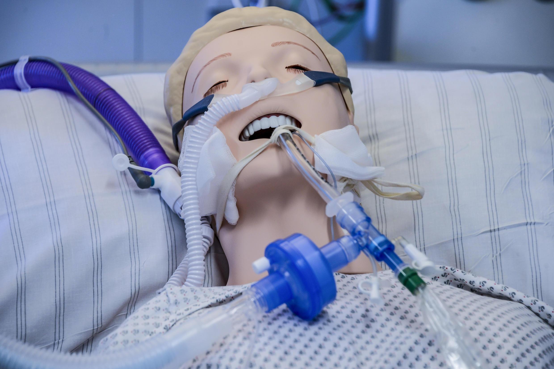 Un respirador conectado a un muñeco durante una instrucción de médicos en Hamburgo, el 25 de marzo de 2020