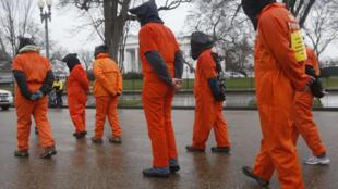 Miembros de Amnistía Internacional piden el cierre de la cárcel de Guantánamo frente a la Casa Blanca, el 11 de enero de 2012.