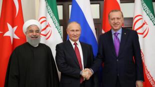 ពីឆ្វេងទៅស្តាំ ៖លោក Rouhani  ប្រធានាធិបតីអ៊ីរ៉ង់ លោក ពូទីន និងប្រធានាធិបតីតួកគី  Erdogan នៅ Sochi