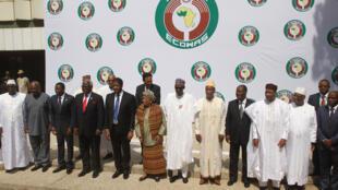 Shugabanin kasashen ECOWAS na kokarin ganin sun warware rikicin siyasar kasar Gambia.