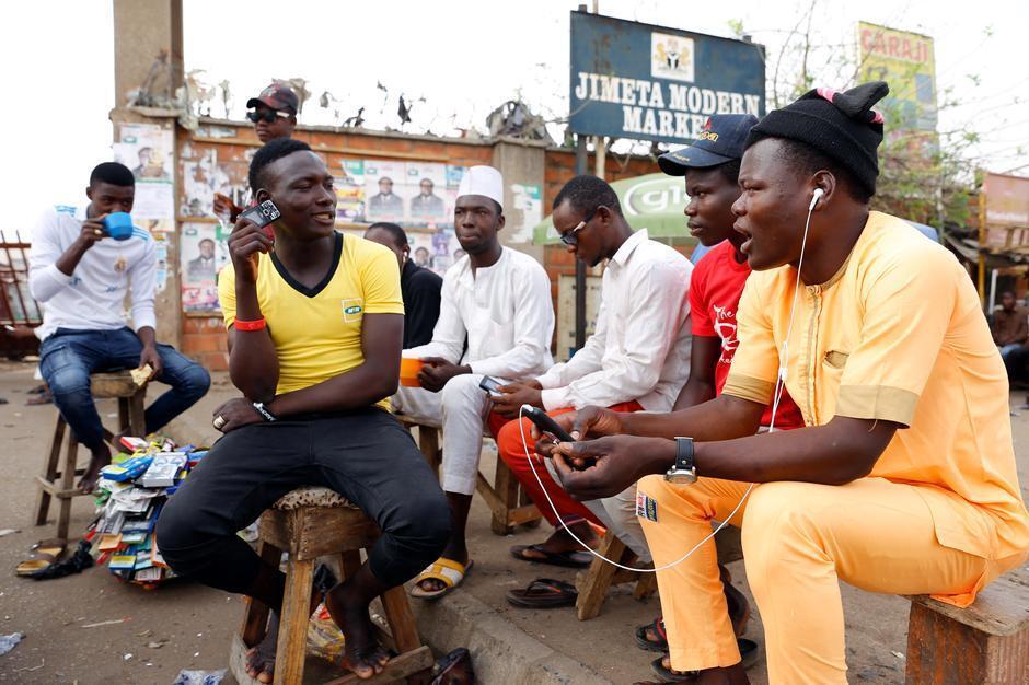 Jovens ouvem notícias em África.