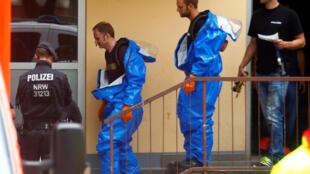 Cảnh sát điều tra rời căn hộ của Sief Allah H., 29 tuổi, ở Cologne, Đức, ngày 15/06/2018.