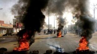waandamanaji nchiuni Sudan wakichoma matairi jiji ni Khartoum.