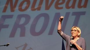 """مارین لوپن، رهبر حزب راست افراطی """"جبهه ملی"""" در حال سخنرانی در حومه شهر تولوز، شنبه 23 سپتامبر 2017"""