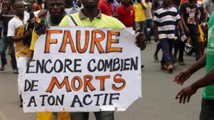 Un homme manifeste contre le pouvoir en place du président Faure Gnassingbé à Lomé, Togo, le 6 septembre 2017.